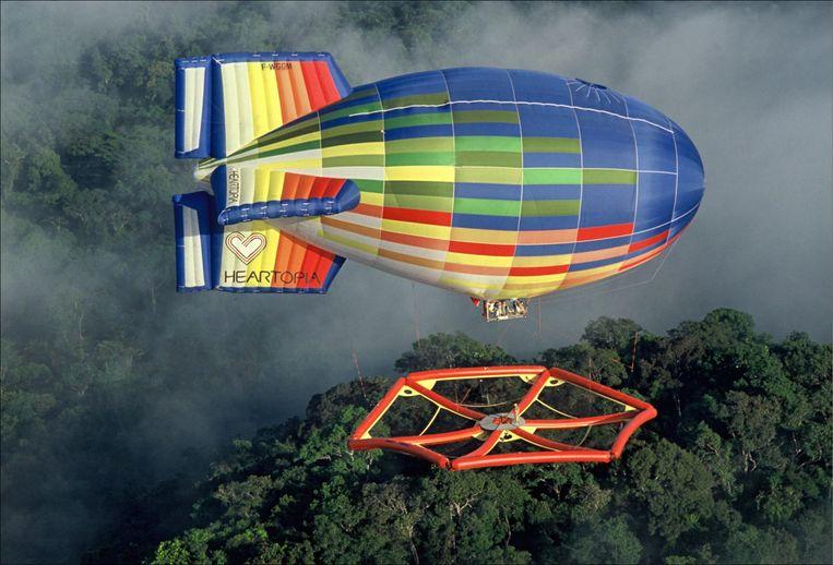 Bosecologen onderzoeken de toppen van het tropisch regenwoud vanaf een luchtvlot.  Beeld Hollandse Hoogte / Gamma Presse Images
