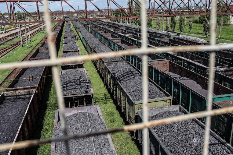 Steenkool wacht op transport in het station van Jasinoevata. Ondanks een handelsembargo koopt Oekraïne nog steeds steenkool in rebellengebied. Beeld Oleksandr Tetsjynski