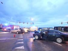 Drie personen gewond en twee auto's zwaar beschadigd na botsing op kruispunt bij Velddriel