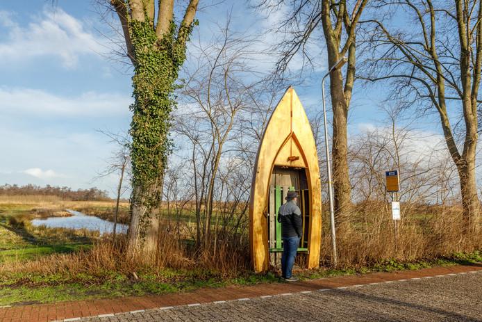 Het bijzondere bushokje aan de Veneweg nabij camping Aan 't Wiede in Wanneperveen moet weg.