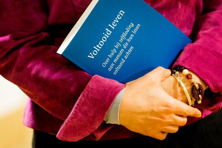 Het voltooid leven-rapport van de commissie-Schnabel uit 2017,  in handen van toenmalig minister Schippers van Volksgezondheid.  Beeld null