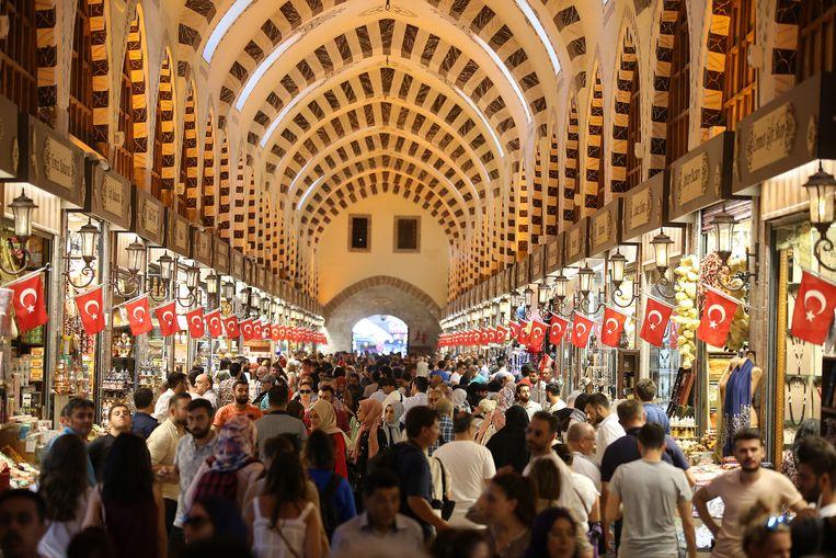 Het is druk op deze markt in Istanboel. Mensen slaan massaal luxegoederen in.