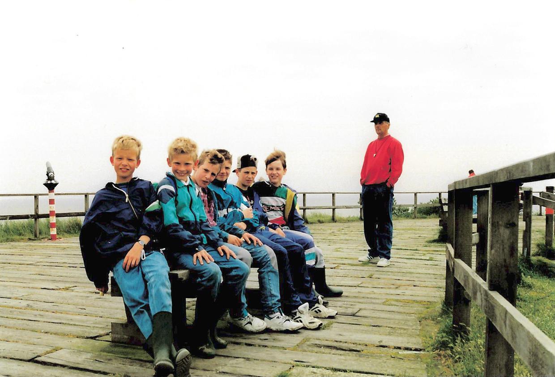 Zes kinderen van O.B.S. Velswijk in 1994 op het uitkijkpunt van natuurgebied 't Oerd op Ameland, Berend Jan Bockting uiterst rechts, en hun meester Pot. Beeld Berend Jan Bockting