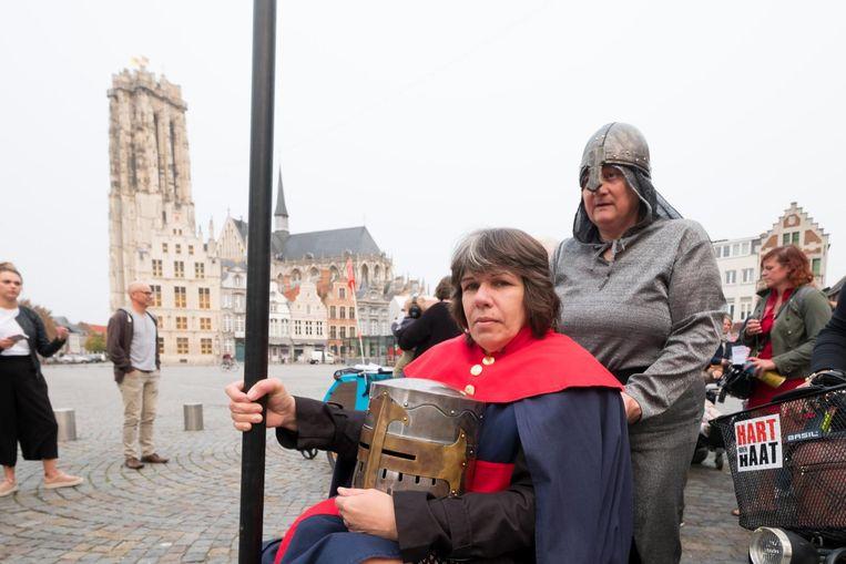 Tinne Pics, met helm en lans, tijdens de protestmars gisteren door het centrum.