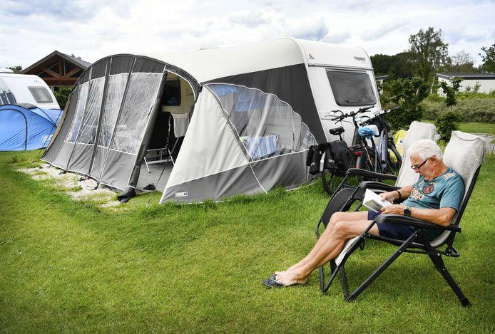 Vakantieganger op het vijfsterren vakantiepark Ackersate. Veel Nederlanders kiezen dit jaar voor een vakantie in eigen land nu de coronacrisis nog niet voorbij is.