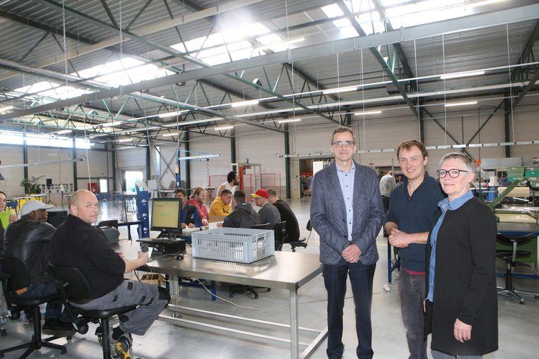 Luc Govers, Wim Ruell en Els Beerten tonen trots het nieuwe gebouw van Delta vzw.