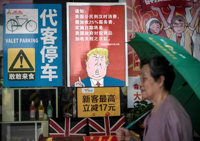 Een poster bij een Chinees restaurant illustreert de handelsoorlog tussen China en Amerika