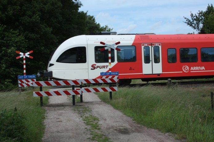 De voor gemotoriseerd verkeer afgesloten overgang in de Greversweg.