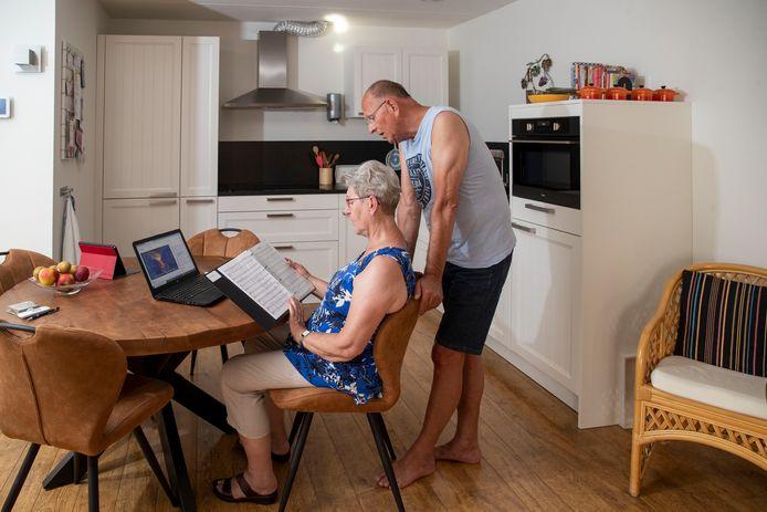 Voorzitter Coen van Klinken van het Edese koor en zijn vrouw oefenen thuis.