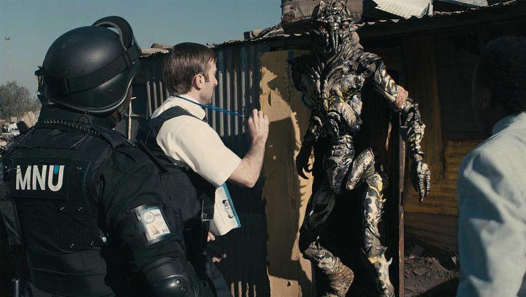 Sharlto Copley (tweede van links) in District 9. Beeld