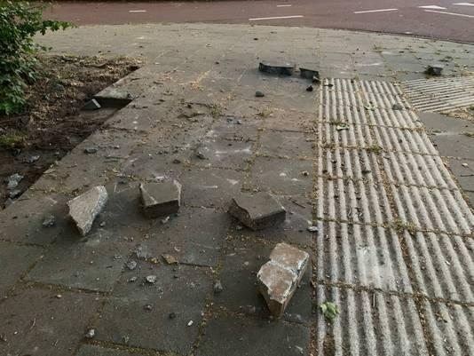 Tientallen stenen uit de straat gehaald in de buurt van de rotonde bij de Graafseweg en Victorialaan in Den Bosch.
