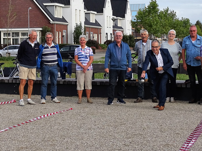 Wethouder André van der Reest heeft maandag de jeu-de-boulesbaan in De Vaete geopend.