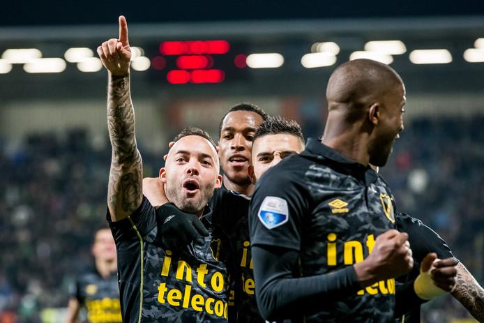 De laatste oprispingen van de voetballer Demy de Zeeuw (l.). Rechts van hem Felitciano Zschusschen, Adnane Tighadouini en Guyon Fernandez.