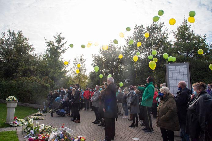 Na de uitvaart werden ballonnen opgelaten en weeklonk applaus.
