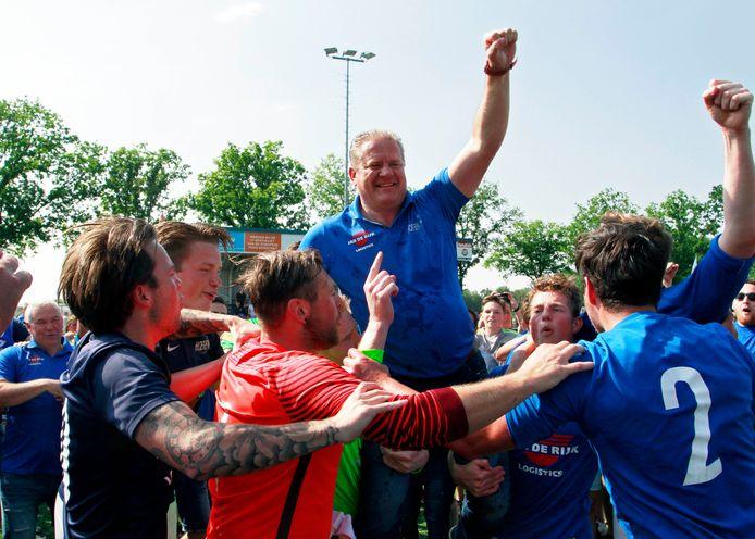 Eric Koenraads (midden, op de schouders) behaalde in 2018 zijn grootste succes met Hoeven door de titel in de derde klasse te pakken. (archieffoto)