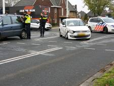 Veel schade en verkeershinder door botsing tussen twee auto's op kruising in Hengelo