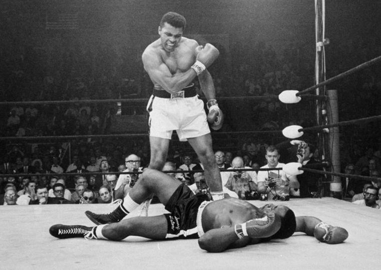 Muhammad Ali in gevecht met Sonny Liston, 1965. Beeld null