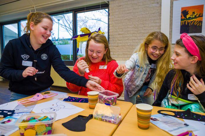 Maud, Janouk, Noa en Amy van groep 8 van CBS De Parel uit Rijswijk zijn bezig met het versieren van mondkapjes op de Schans in Sleeuwijk tijdens de doemiddag.