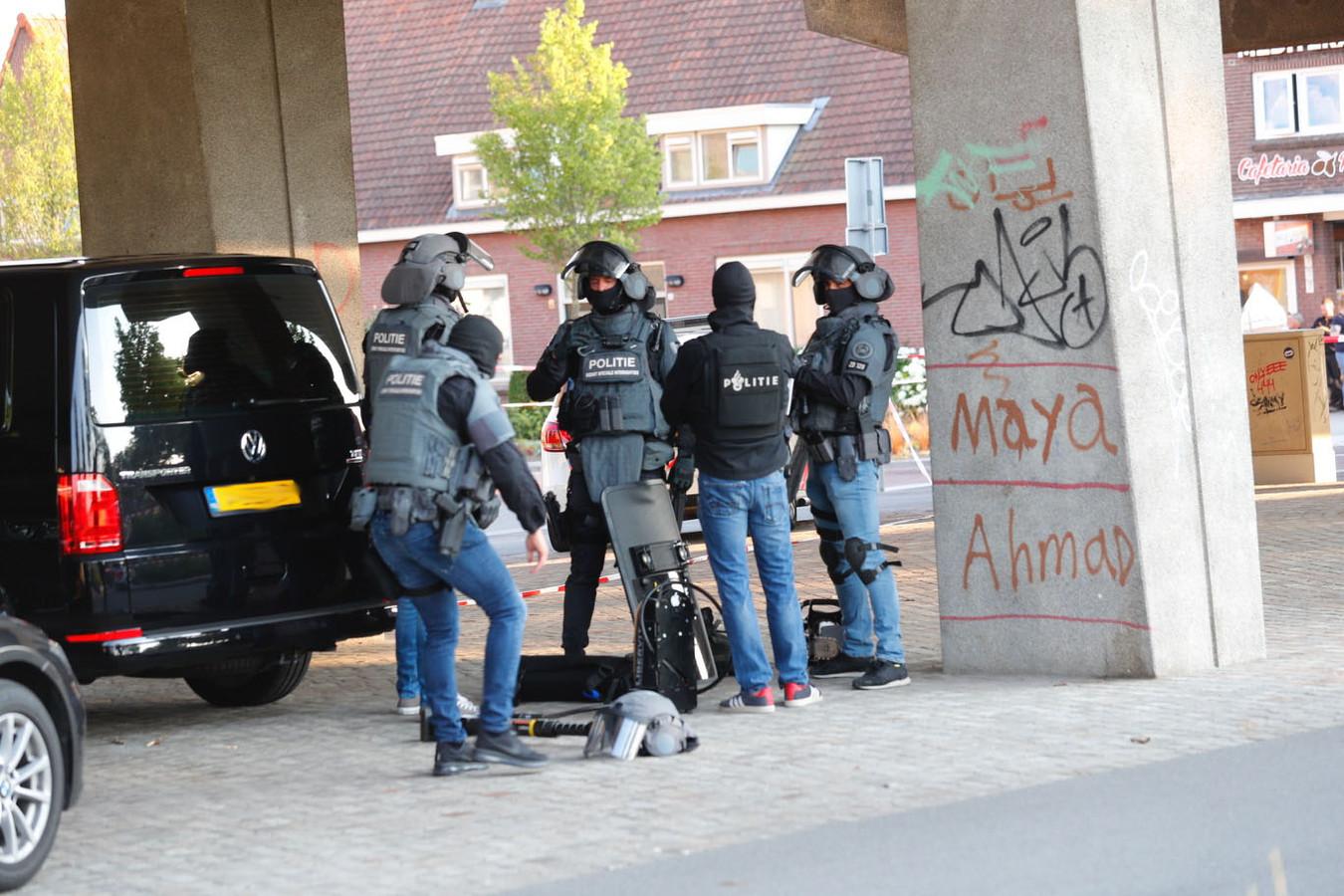 Arrestatieteam bereidt zich voor op de inval in een gebouw op Strijp S in Eindhoven.