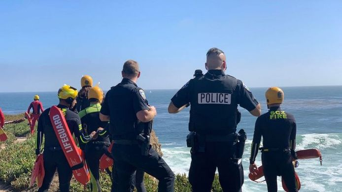 Des plongeurs de la police sont intervenus pour aider l'homme, qui s'en est sorti indemne, à remonter.