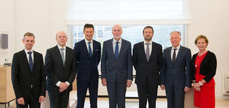 Het directiecomité van de Nationale Bank. Vlnr. Vincent Magnée (PS-signatuur), Tim Hermans (Open Vld-signatuur), Jean Hilgers (cdH-signatuur), gouverneur Jan Smets (CD&V-signatuur, gaat met pensioen), toekomstig gouverneur Pierre Wunsch (MR-signatuur), Tom Dechaene (N-VA-signatuur), Marcia De Wachter (CD&V-signatuur), die met pensioen is vertrokken en vervangen zou worden door Steven Vanackere.