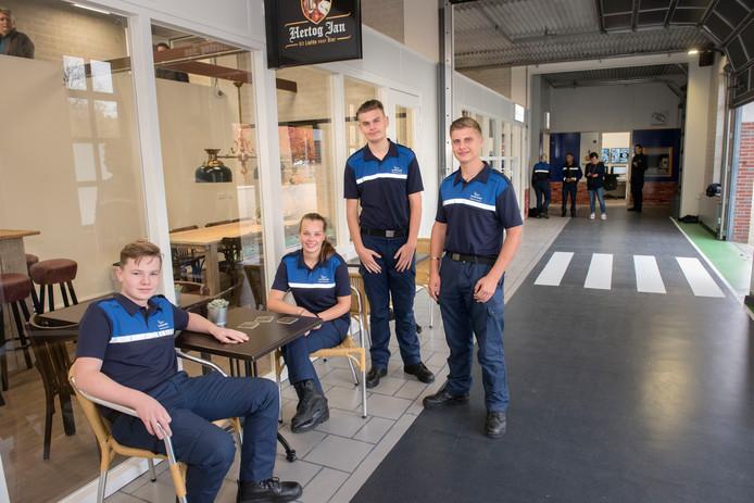 Studenten Kevin, Lotte, Dominique en Lars in de nieuwe veiligheidsstraat.
