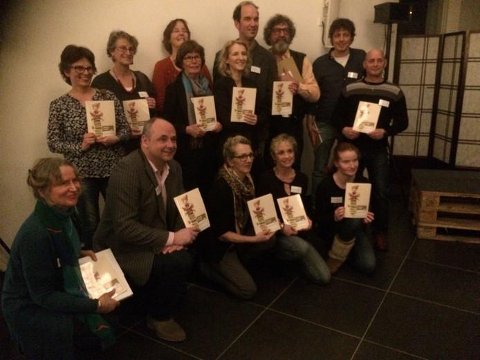 Medewerkers en cursisten samen met gedeputeerde Henri Swinkels