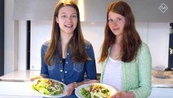 Models in the kitchen maken lekkere zomersalade met granaatappel