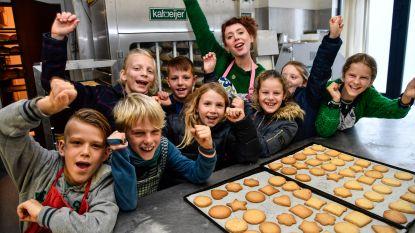 Kinderen bakken koekjes voor goed doel