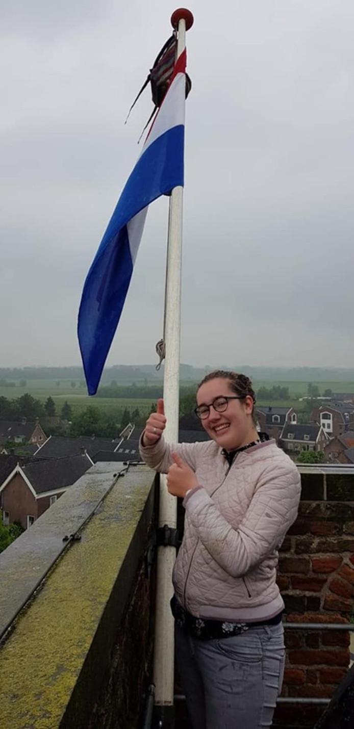 Emma van der Poel kreeg een bijzondere plek voor de vlag.