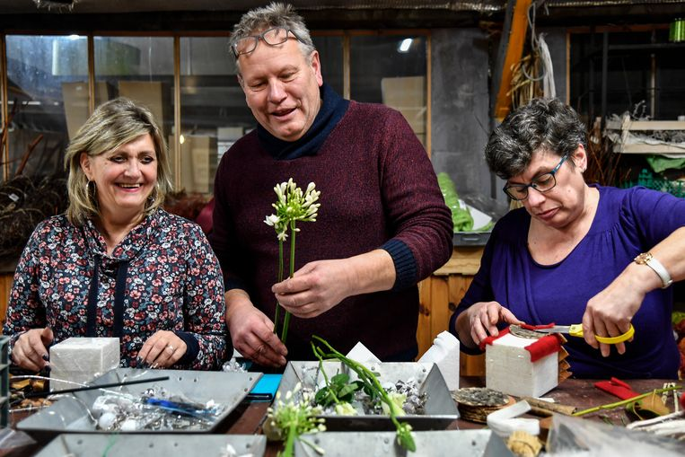 Ludo Annaert geeft tijdens de workshop tips aan om een mooi kerststukje te maken.