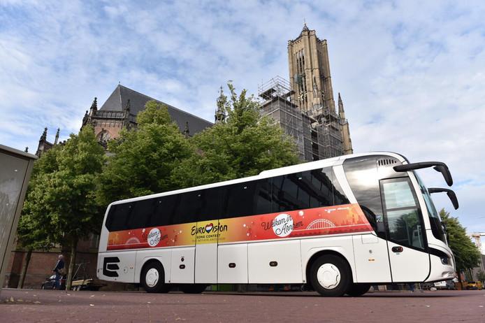 De touringcar waarmee Arnhem naar Hilversum reed in een poging het Eurovisie Songfestival 2020 binnen te slepen. Boven het voorwiel de gewraakte afbeelding van de brug.
