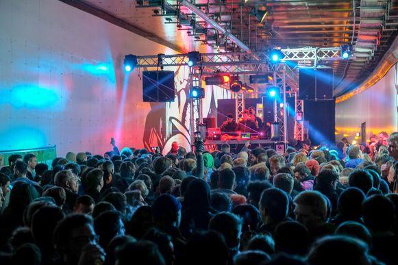 De technobeats maakten van de Hallepoorttunnel een ware discotheek.
