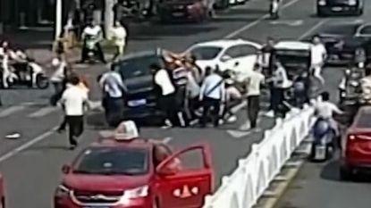 Omstaanders heffen 4x4 op om overreden vrouw te redden