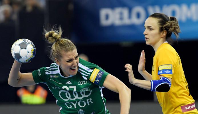 Nycke Groot (links) in actie voor haar club Gyori.