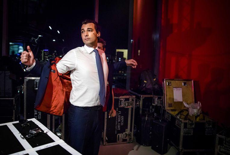 Thierry Baudet (FvD) krijgt een microfoontje, voorafgaand aan het televisiedebat. Beeld anp