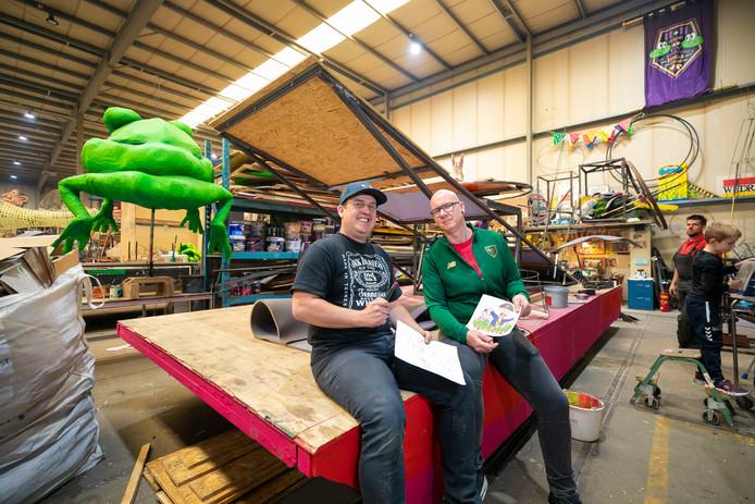 Voorzitter Mark Leijtens (links) en ontwerper Addi Korthout om de nog lege carnavalswagen van CV De Dikkupkes.