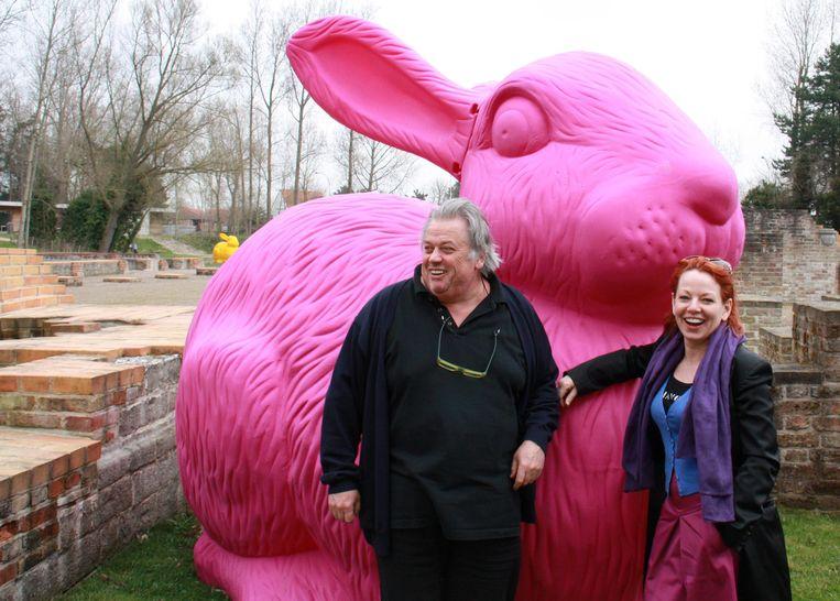 Archieffoto. Kunstenaar William Sweetlove uit Oostduinkerke, samen met Els Deschepper, bij een van zijn kunstwerken aan het abdijmuseum Ten Duinen. Hetzelfde kunstwerk staat nu op de terreinen van de Hotelschool Ter Duinen en werd omgeduwd door vandalen.