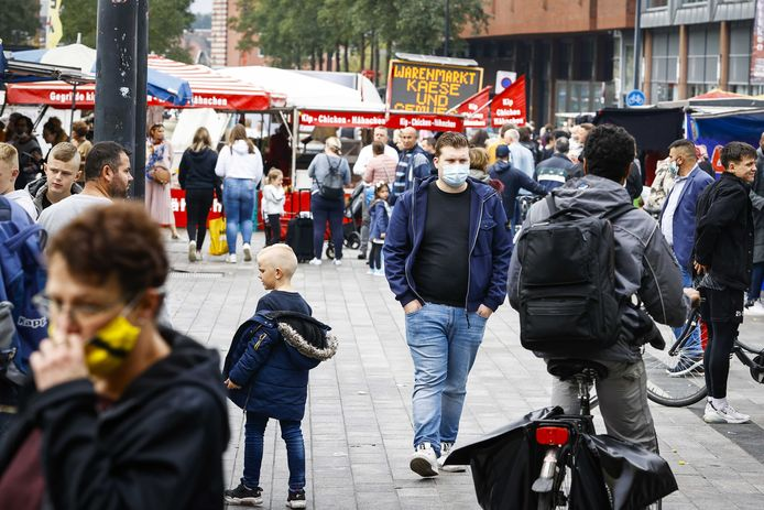 Bezoekers op de markt van Enschede. Duitsers steken met de Dag van de Duitse Eenheid traditioneel de grens over om in Nederland te gaan winkelen. ANP VINCENT JANNINK