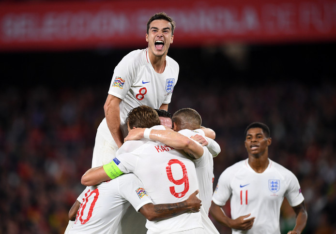 Vreugde bij Harry Winks en de andere Engelsen na de 0-3 van Raheem Sterling.