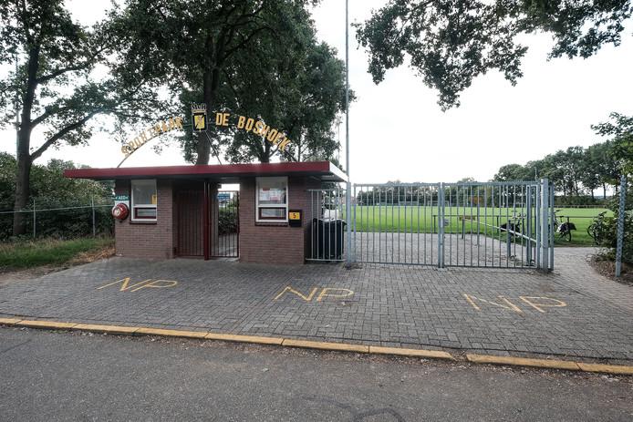 Sportpark de Boshoek wordt omgedoopt in sportpark Marinus van Rooyen.