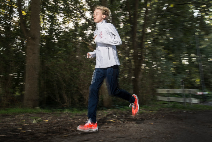 Niels Laros snelt door de bossen in voorbereiding op de Singelloop.