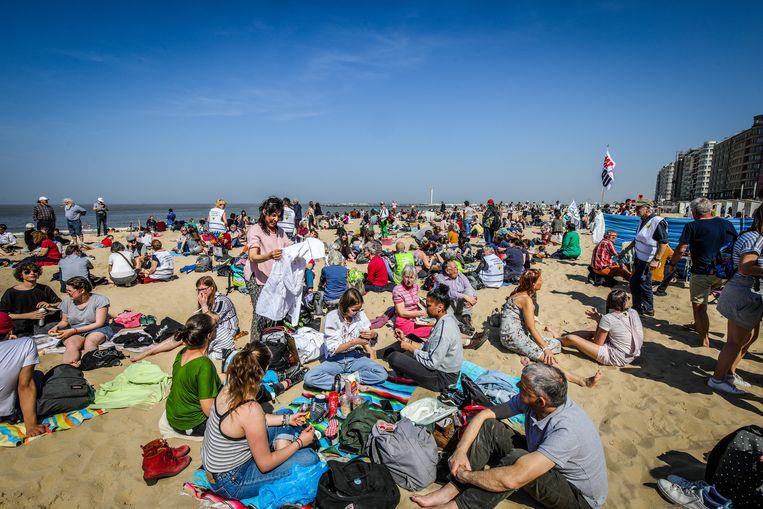 Het is eens iets anders dan betogen: actievoerders bezetten donderdag het strand van Oostende.