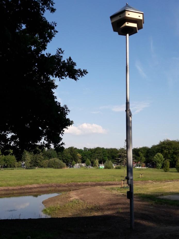 Gierzwaluwhotel op de parkeerplaats van Slotjesveld in Oosterhout.