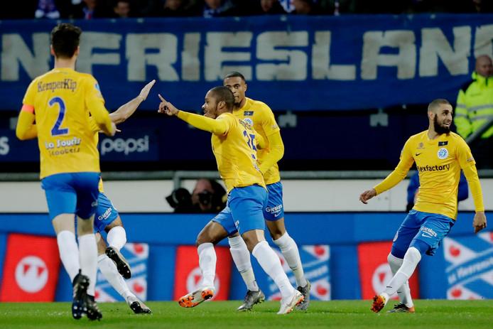 De Graafschap-spits Charlison Benschop (midden) loopt juichend weg na zijn vroege openingstreffer tegen SC Heerenveen.