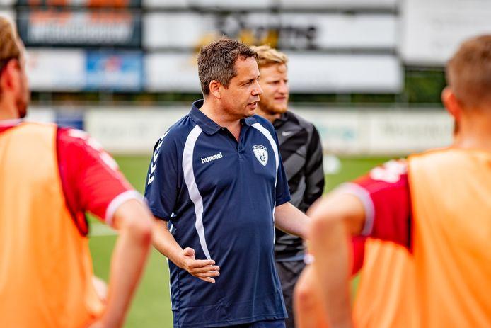 Trainer Patrick Loenen tijdens een training van Sportlust'46.