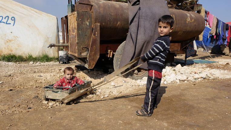 Deze winter dreef een nieuw offensief van Assad en zijn Russische en Iraanse bondgenoten in Idlib eenmiljoen mensen op de vlucht, zoals deze kinderen in een kamp bij het stadje Sarmada. Beeld Lucas Waagmeester