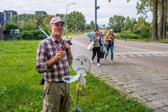 Gert van der Hart zet in Breda zwerfvuilmannetjes neer om de omgeving bewust te maken van afval