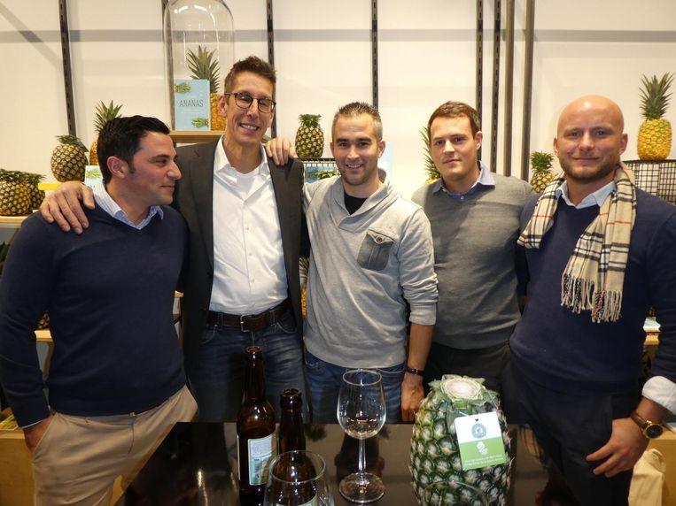 De ananashandel: Tobias Löwe (Elven Agri), Stef van der Linden (Bakker Barendrecht), handelaar Christiaan van Ravenswaaij, en Dominik Kagerer en Sebastian Czaplicki van SCC Industries. Beeld Schuim