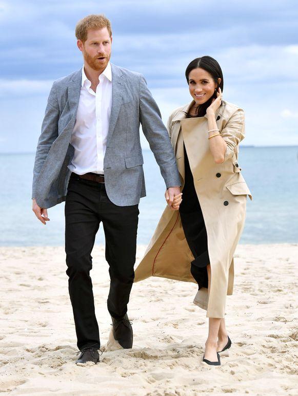 Meghan draagt hier een trenchcoat van Burberry, een jurk van Miguellina en schoentjes van het label Rothy.